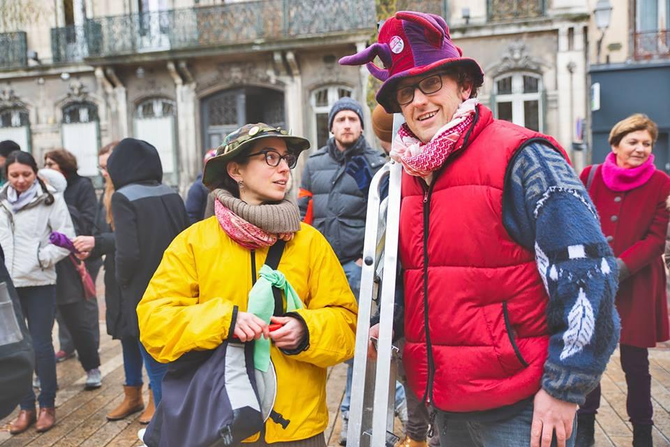 EcolAube participe à la marche pour le climat avec des chapeaux rigolos.